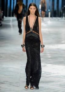 vestito-nero-con-scollatura-profonda